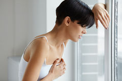 Schönheit, die unter den Schmerz in den Kasten-Gesundheitsproblemen leidet stockfotos