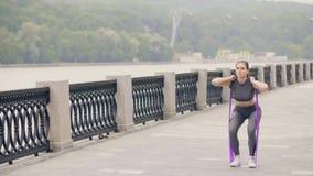 Schönheit, die untersetzte Übung mit Sportexpander auf crossfit Training tut stock video