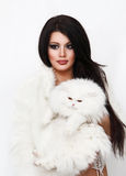 Schönheit, die weiße persische Katze hält Lizenzfreie Stockfotos