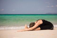 Schönheit, die Yoga tut Stockfotografie