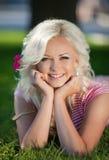 Schönheit draußen, Mädchen im Park, Sommerferien. Recht blond auf Natur. glückliche lächelnde Frau Stockbilder