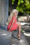 Schönheit draußen, Mädchen im Park, Sommerferien. Recht blond auf Natur. glückliche lächelnde Frau Lizenzfreie Stockbilder