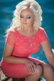 Schönheit draußen, Mädchen in Meer, Sommerferien. Recht blond auf Natur. glückliche lächelnde Frau Lizenzfreie Stockbilder
