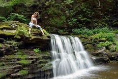 Schönheit draußen - nahe bei Wasserfall Lizenzfreie Stockbilder