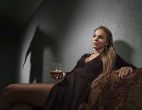 Schönheit in einem Abendkleid und -schatten lizenzfreie stockfotografie