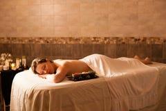 Schönheit in einem Badekurort, der auf einem Massagevorsprung sich entspannt Stockfotografie