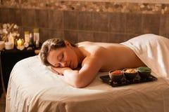 Schönheit in einem Badekurort, der auf einem Massagevorsprung sich entspannt Stockfoto