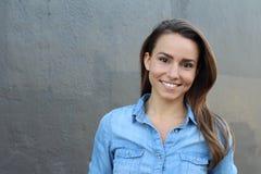 Schönheit in einem blauen zufälligen Denimhemd lächelnd - Archivbild mit Kopienraum für Text Lizenzfreie Stockfotografie