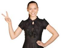 Schönheit in einem Kleid, das Sieggeste zeigt Lizenzfreies Stockfoto