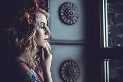 Schönheit in einem Kleid von Blumenfarben mit Kranz von flowe Stockbild