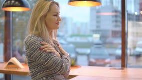 Schönheit eingefroren und im Café erhitzt stock video