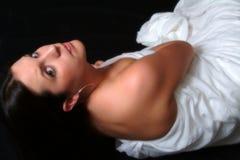 Schönheit eingewickelt im Weiß (Farbe) stockbild