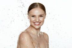 schönheit Frau mit Wasser auf Gesicht und Körper Badekurorthautpflege stockbilder