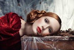Schönheit gegen Herbstdekoration. Mode Stockfoto