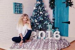 Schönheit am gemütlichen Haus, mit Geschenken und Dekoration des neuen Jahres Lizenzfreie Stockbilder