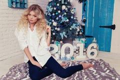 Schönheit am gemütlichen Haus, mit Geschenken und Dekoration des neuen Jahres Lizenzfreies Stockbild