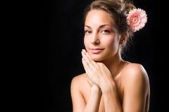 Schönheit geschossen vom herrlichen Brunette mit Blume. lizenzfreie stockfotos