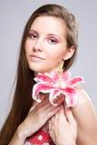 Schönheit geschossen von der jungen Brunettefrau. Stockfoto