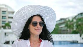 Schönheit Gesicht glücklich gegerbtes Reisemädchen in weißem Hemd auf Strand Steadicam starten Schuss stock video