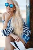 Schönheit in gestreifter Weste auf dem Dock Lizenzfreie Stockfotos