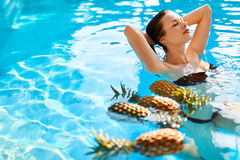 Schönheit, Gesundheitskonzept Früchte, gesunde Frau im Pool Frauenfuß im Wasser lizenzfreies stockbild