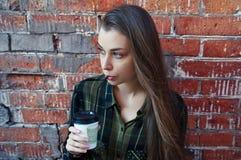Schönheit Getränkin der wegwerfkaffeetasse Stockfotografie