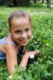 Schönheit in Gras 2 stockfotografie