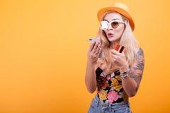 Schönheit hält intelligentes Telefon und Kreditkarte Lizenzfreie Stockfotos