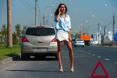 Schönheit hat Problem mit dem Auto stockfoto