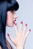 Schöner Abschluss herauf Profil junger Dame mit perfekten Nägeln Stockfotos