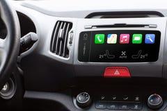 Schönheit im Auto und Note spielen intelligentes Selbstsystem Stockbilder