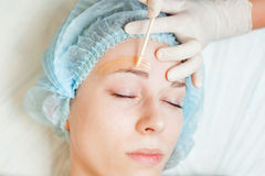 Schönheit im Badekurortsalon, der epilation oder Korrekturaugenbraue empfängt Lizenzfreie Stockbilder