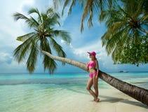 Schönheit im Bikini auf der Paradiesinsel Stockfotografie