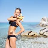 Schönheit im Bikini auf Seehintergrund Lizenzfreies Stockfoto