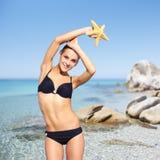 Schönheit im Bikini auf Seehintergrund Lizenzfreie Stockbilder