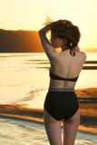 Schönheit im Bikini auf Sonnenunterganghintergrund Lizenzfreies Stockfoto