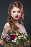 Schönheit im Bild der Braut mit Blumen Schönheits-Gesicht und Frisur lizenzfreie stockfotografie