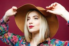 Schönheit im bunten Hemd wirft auf rosa Hintergrund auf Erstaunliches blondes Modell mit dem langen Haar im Studio Lizenzfreies Stockfoto