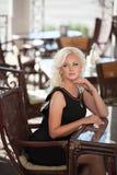 Schönheit im Caférestaurant, Mädchen in der Bar, Sommerferien. Recht blond am Frühstück. glückliche lächelnde Frau Stockfotos