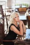 Schönheit im Caférestaurant, Mädchen in der Bar, Sommerferien. Recht blond am Frühstück. glückliche lächelnde Frau Lizenzfreie Stockfotografie