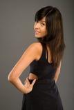 Schönheit im eleganten schwarzen Kleid lizenzfreies stockfoto
