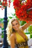 Schönheit im gelben Kleid Stockbilder