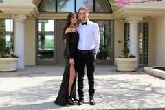 Schönheit im hinteren Abschlussballkleid und hübscher Kerl im Anzug, sexy Jugendlicher bereit zu einer Luxusnacht stockbilder