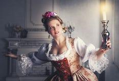 Schönheit im historischen mittelalterlichen Kleid mit Kerze Lizenzfreie Stockfotografie