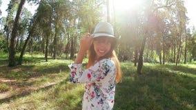 Schönheit im Hut lächelnd und in Park im Sommer tanzend stock video footage