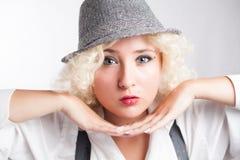 Schönheit im Hut mit den roten Lippen, Geschäftsart stockbild