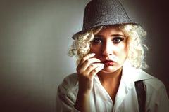 Schönheit im Hut mit den roten Lippen, Geschäftsart stockfotos