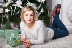 Schönheit im Innenraum mit Weihnachtsdekorationen stockbilder