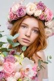 Schönheit im Kranz von Rosen mit Blumenblumenstrauß Lizenzfreies Stockfoto