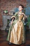 Schönheit im mittelalterlichen Kleid ängstlich Lizenzfreies Stockbild
